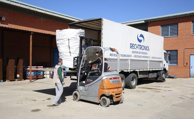 El camión traslada a la prisión los productos informáticos para el taller de reciclaje./MANUEL LAYA