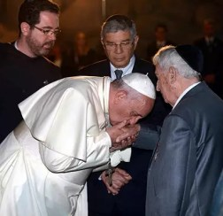 https://i2.wp.com/static.euronews.com/articles/268392/600x400_2605-pope-francis-jews-kisses-hands-holocaust2.jpg?resize=252%2C244