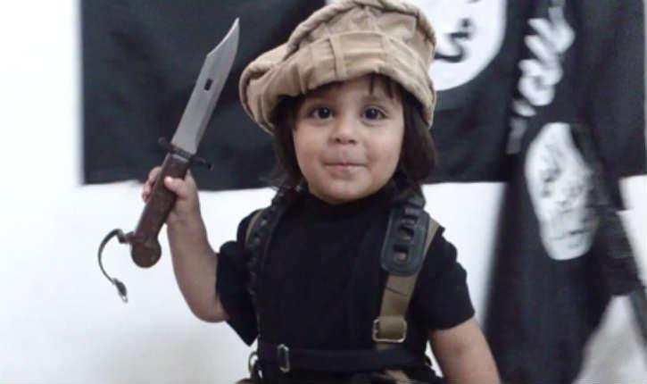 Un enfant de 2 ans décapite sa peluche devant le drapeau de l'Etat islamique