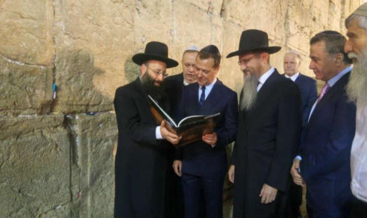 Le Premier Ministre russe entame sa visite en Israël devant le mur des Lamentations
