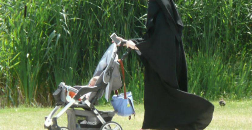 https://i2.wp.com/static.europe-israel.org/wp-content/uploads/2017/07/femme-niqab-pousette.jpg