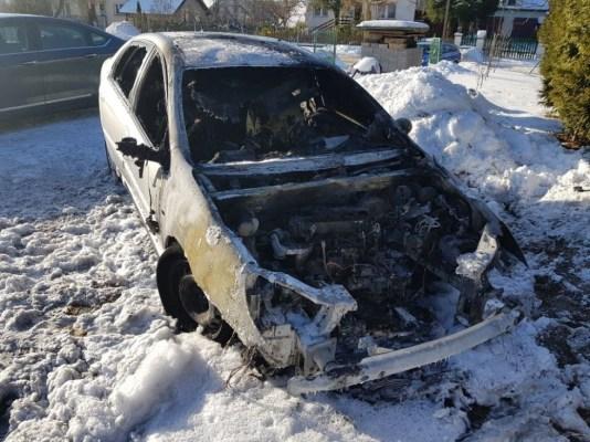 """Policjantowi z Pasłęka spalono samochód - """"to próba zastraszenia"""""""