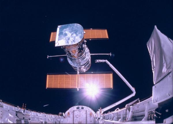 Alcune osservazioni effettuate grazie al telescopio spaziale Hubble suggerirebbero, a parere di alcuni scienziati statunitensi, la presenza di molecole complesse su Plutone, forse il segnale di cambiamenti in atto sulla sua superficie.