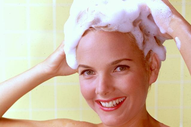 10 errori da non fare quando ti lavi i capelli.