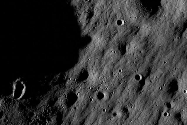 Alla ricerca di tracce aliene sulla Luna.