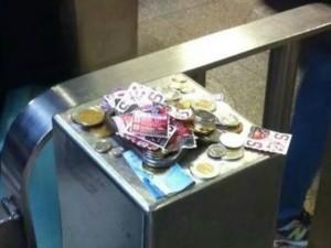 Canada, l'obliteratrice della metrò è rotta, la gente lascia lo stesso i soldi (FOTO)