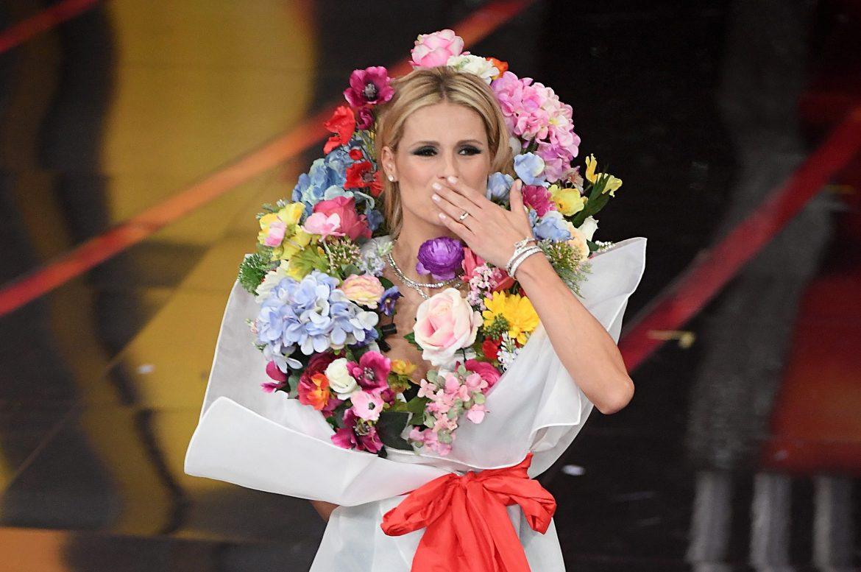 Michelle come un bouquet di fiori: i look della Hunziker per la quarta  serata di Sanremo