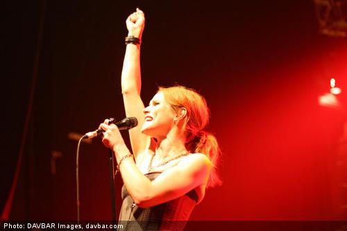A suave voz de Nina Persson traz nova dimensão a este clássico do heavy metal (DAVBAR Images, davbar.com)