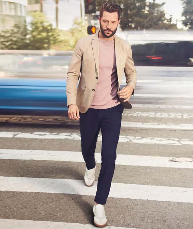 Pantalon bleu marine + tenue de blazer neutre clair