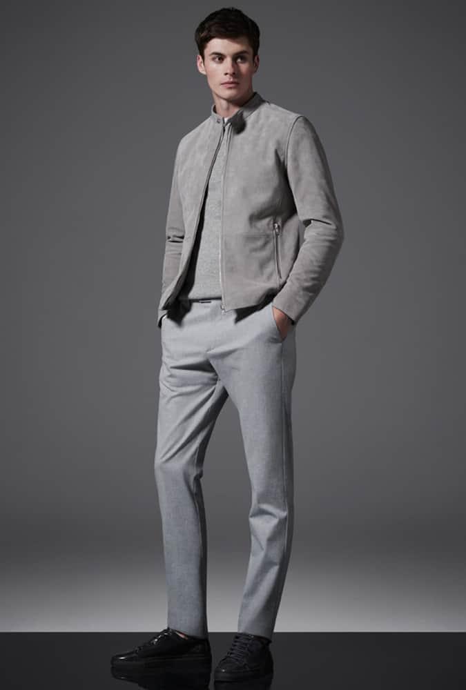 Homme habillé tout en gris
