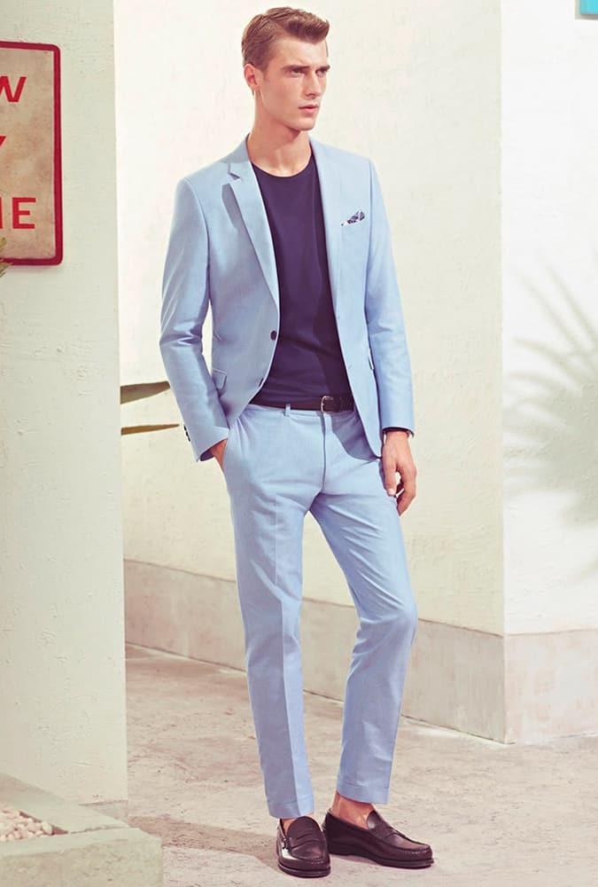 Homme vêtu d'un costume bleu