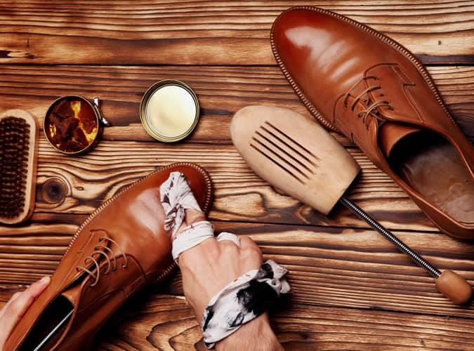 homme brillant chaussures