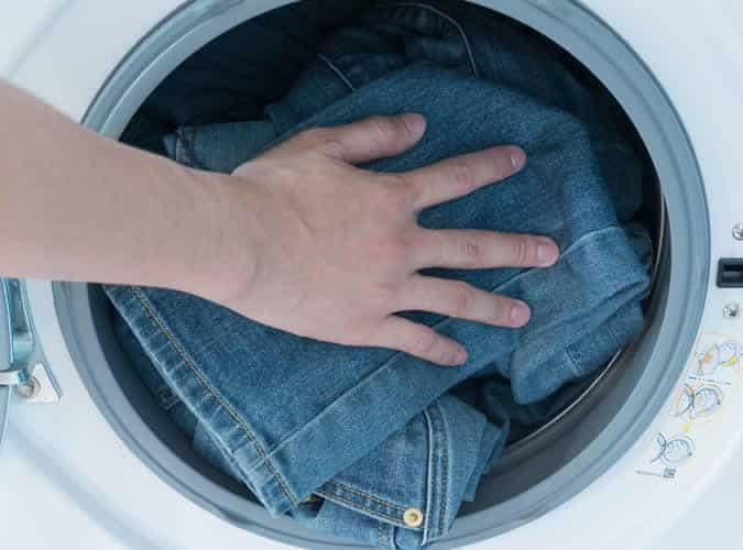 Mettre des jeans en jean dans la machine à laver