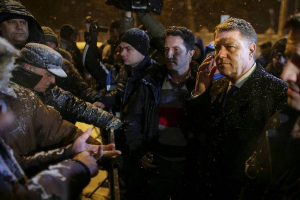 President Klaus Johannis spreekt met demonstranten (foto: Reuters)