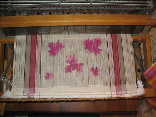 Les feuilles d'érable peintes sur tous les fils - Maple leaves painted on all warp threads