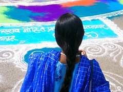 Puerta de la India. Joven de pelo largo.