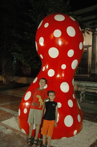 Merida - 04 - Leaning against Yayoi Kusama statue