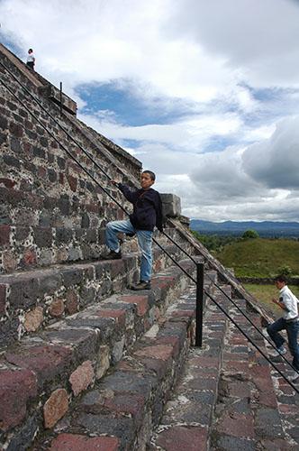Teotihuacan - 24 - Nadav climbing the pyramid of the moon