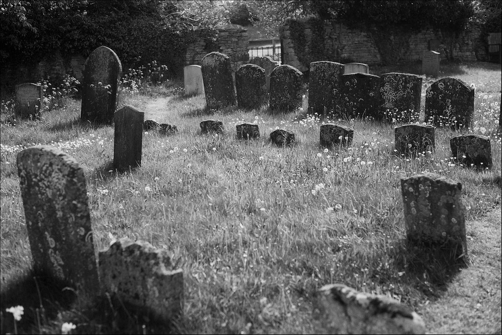 Hampton Poyle churchyard | black and white