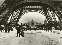 La Tour Eiffel et le Palais de l'Electricité.