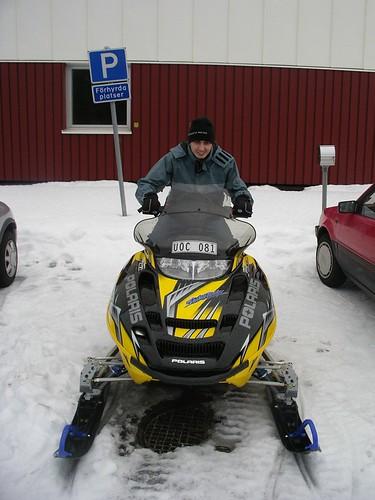 Montado en la snowmobile