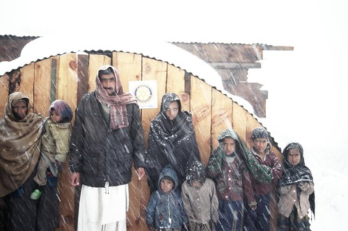 Familie in Gugrian vor ihrem Iglu