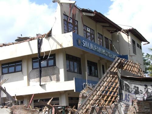Gedung SMK Muhammadiya Imogiri yang masih berdiri tetapi dalam keadaan hancur.