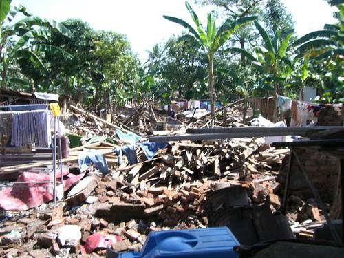 Reruntuhan rumahnya Nuryani yang rata dengan tanah. Dan di tempat ini lah Ibunya meninggal. Innalillahi Wa Innalillahi Rojiun.