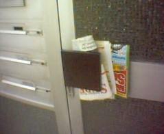 lehtiä ovenkahvassa
