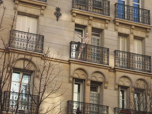 Phoo de mannequin sur un balcon à Paris