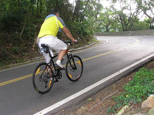 阿文說這個彎道坡度稍陡且彎度超過90度,各位車友若您是下山經由此彎道右轉時,請務必放慢速度,並靠右內側才安全