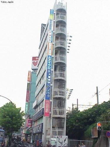 Edificio estrecho en Tokio, Japón