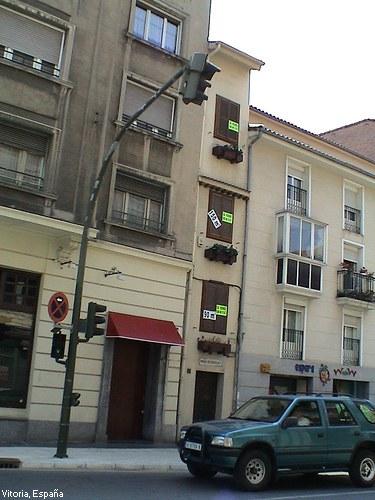 Edificio estrecho en Vitoria, España