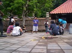 Peserta workshop mendengarkan penjelasan tentang sejarah Kotagede oleh M.Natsier dari Yayasan Kanthil Kotagede di pelataran masuk menuju kompleks makam kerajaan. (foto: elanto w.)
