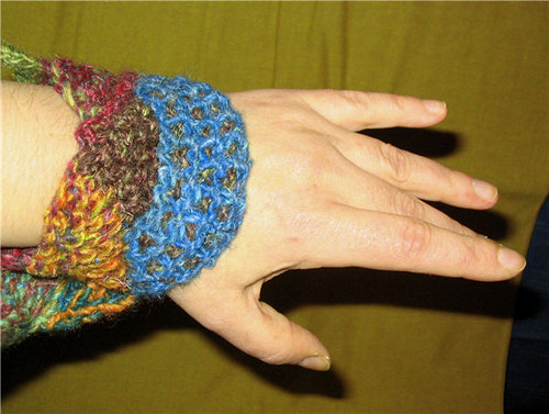 Narrow knittend cuff on a hand and wrist - Poignet en tricot étroit sur une main