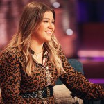 Kelly Clarkson says she's living her best life as she attends Blake Shelton concert amid divorce 💥👩💥