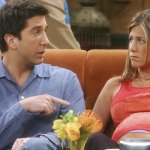 Jennifer Aniston reveals the text messages she received following David Schwimmer dating rumors 💥👩💥