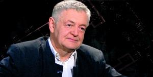 """Ян ПЄКЛО, 62 роки, польський журналіст, громадський діяч, письменник.  Під час війни наБалканах працював фрілансером. Дописував упольський журнал """"Тигоднік Повшехни"""", ушведські таамериканські видання. 1978 року працював редактором у""""Газеті Краковській"""". Після введення воєнного стану вПольщі 1981-го– член руху профспілок """"Солідарність"""". Був активним учасником самвидаву до1989 року. 1991-го стажувався ущоденній техаській газеті вСША. Автор книжок """"Запах ангела"""", """"Епітафія для Югославії"""", """"Моє відкривання Америки"""".  Мешкає вКракові. Нині– виконавчий директор Фонду українсько-польської співпраці (PAUCI). Центральне бюро його розташоване уВаршаві. Регіональні офіси єтакож уКиєві, Харкові, Львові.  Дружина Грижина– психолог. Дочка Катажина– культуролог, займається мистецькою фотографією.  Хобі– мандрівки горами. Найбільше довподоби Ґорґани. Займається фотографією. Здебільшого знімає пейзажі"""