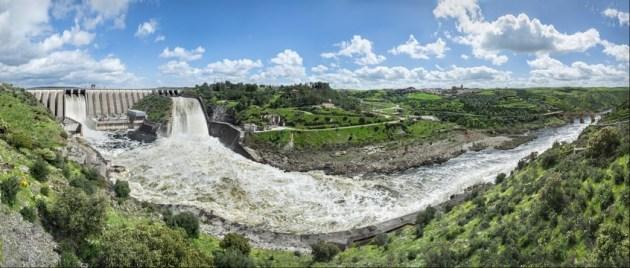 Presa de Alcántara desembalsando por sus dos aliviaderos (abril de 2013). Alcántara (Cáceres), río Tajo