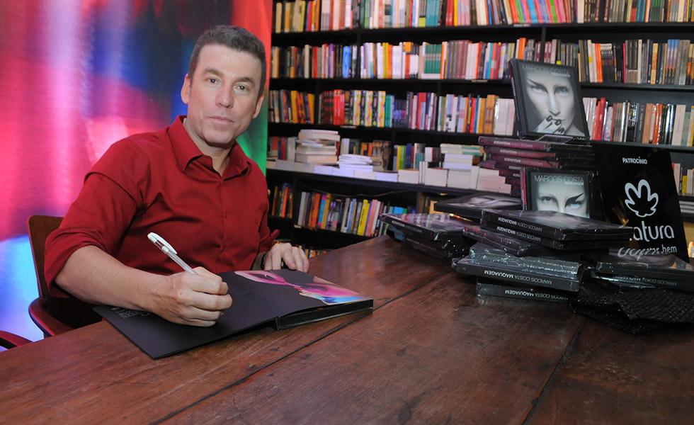Marcos Costa no lançamento do seu livro Maquiagem