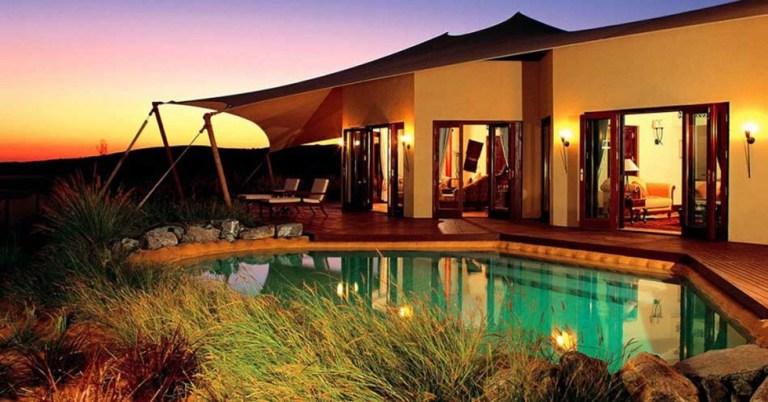 Al Maha Desert Resort, UAE:  acampamento de luxo nos Emirados Árabes. Fica em um oásis de palmeiras e traz em seu DNA a cultura árabe. Suítes temáticas, piscina e um lindo por do sol te esperam lá