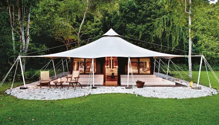 Amanwana, na Indonésia: para quem quer sentir a natureza de perto, este glamping é um bom lugar. Localizado em uma ilha da Indonésia, é completamente cercado por praia. Um lugar deserto que oferece alojamento em tendas de luxo, além de oferecer serviços de lazer, como mergulho e snorkeling