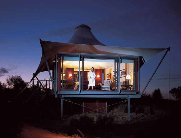 Longitude 131, na Austrália:parte das belas vista deste glamping na Austrália são patrimônio mundial,  principalmente por causa de seu parque nacional. Fica em uma enorme tenda que oferece o conforto necessário para curtir a natureza e sem passar apuros