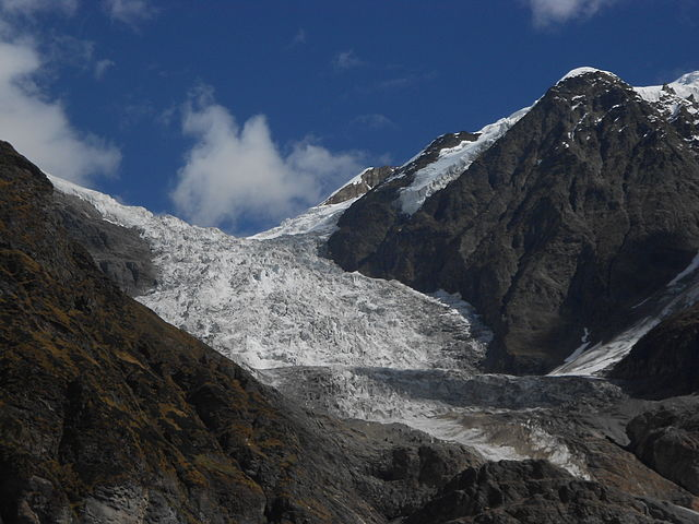 A glacier, in Uttarakhand state, India. On Feb. 7, a block of rock with some ice had dropped from the Trishul rock glacier from about 5,600 m to about 3,800 m, crashing almost two kilometres and fragmenting to generate a huge rock and ice avalanche. It barrelled down the steep glacier with huge speed generating heat and gathering more ice, water and rocks into itself each every millisecond. Courtesy: Yann Forget / Wikimedia Commons / CC-BY-SA.