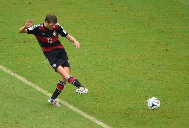 """Técnico da Alemanha elogia Thomas Müller: """"nossos oponentes acham difícil lidar com ele"""""""