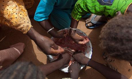 MDG : Hunger Summit : Sahel Crisis : children share a meager tamarind-flavored porridge, Senegal