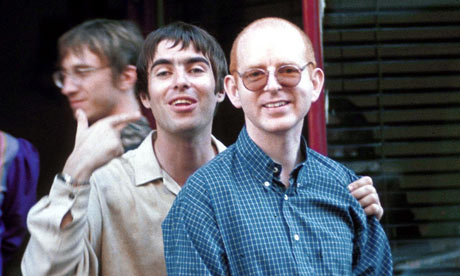 https://i2.wp.com/static.guim.co.uk/sys-images/Film/Pix/pictures/2010/9/21/1285076646957/LIAM-GALLAGHER-WITH-ALAN--004.jpg