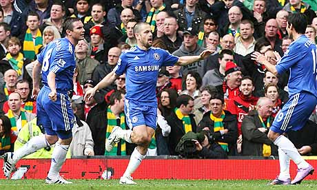 Joe Cole celebrates putting Chelsea 1-0 up at Manchester United