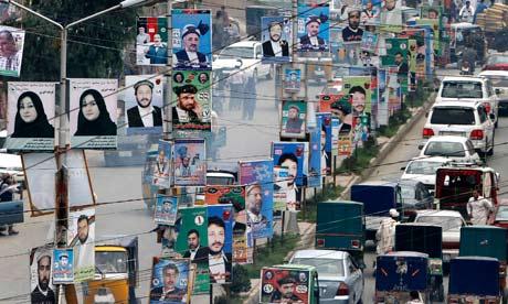 Plakaty wyborcze w Jalalabad, wschodniej części Kabulu. Photograph: Rahmat Gul/AP za: guardian.co.uk