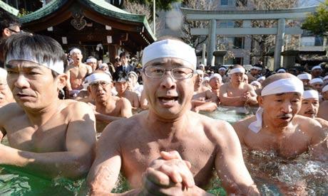 Creyentes sintoístas en una ceremonia de purificación en Tokio